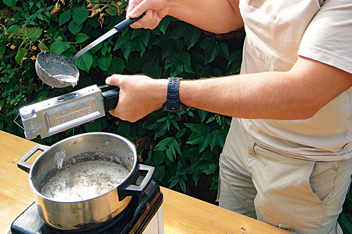 Direkt überm Topf wird das flüssige Blei in die Gusstrichter der Gussform gegossen. Foto: AngelWoche/F.Schlichting