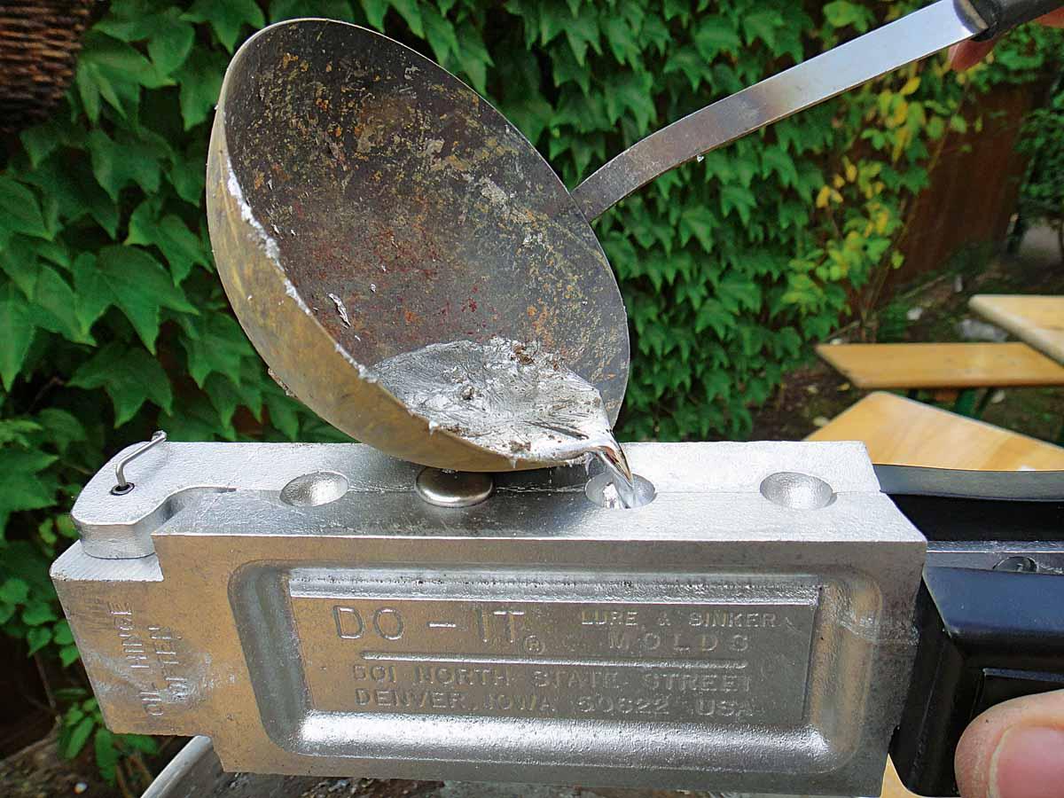 Mit einer alten Suppenkelle lässt sich das flüssige Blei ganz einfach in die Gusstrichter gießen. Foto: AngelWoche/F.Schlichting