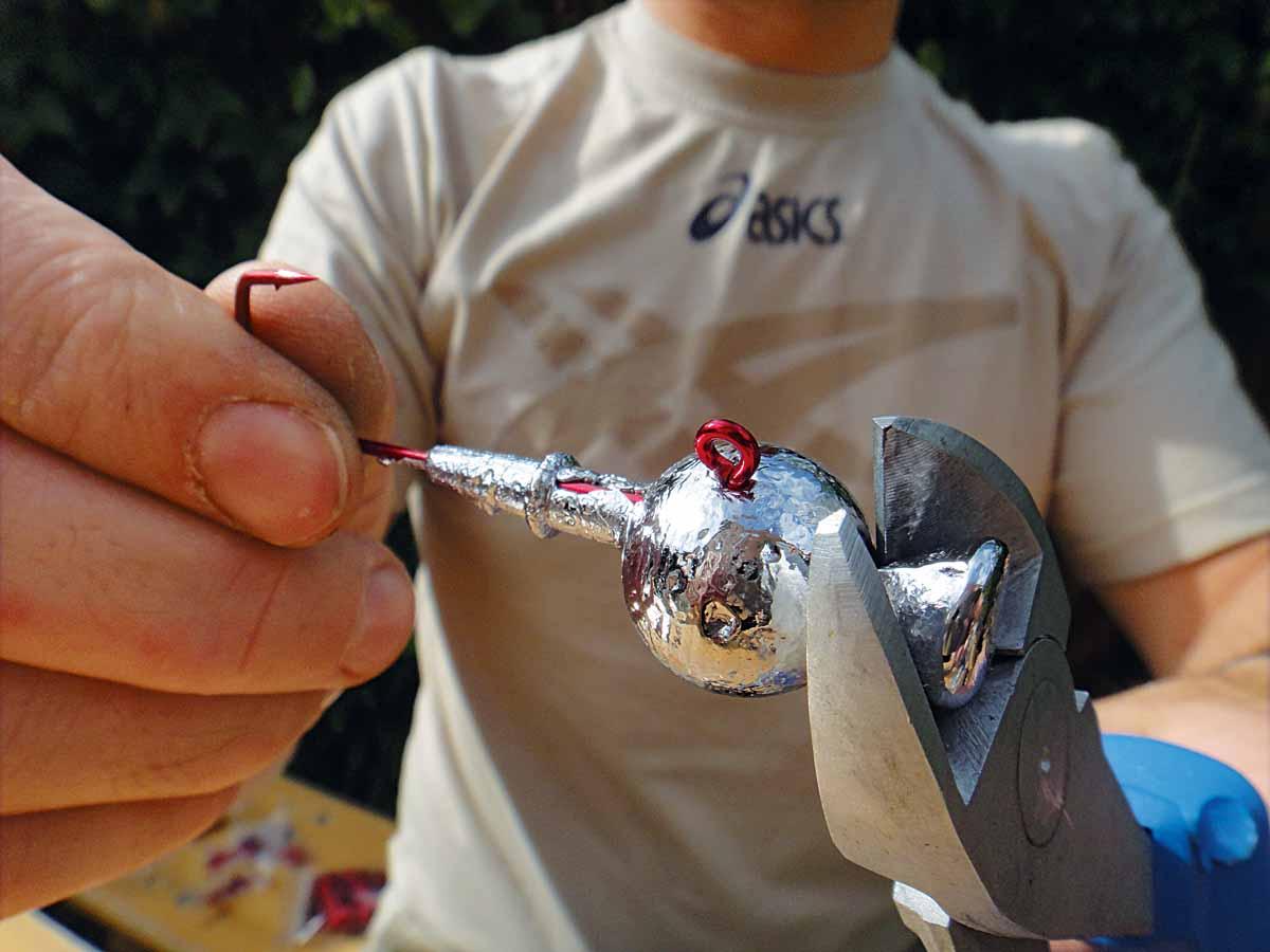 Zum Schluss werden mit einem Seitenschneider die Gusstrichter abgekniffen. Foto: AngelWoche/F.Schlichting