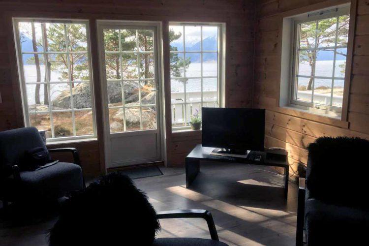Durch das Wohnzimmer hat man einen direkten Blick auf den Sognefjord.