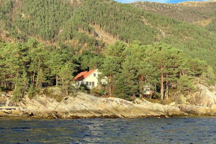 Das Ferienhaus liegt in unberührter Natur und direkt am Wasser.