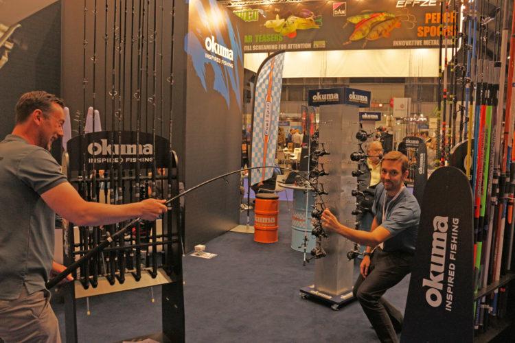Marc Bierwolf und Thomas Tocci demonstrieren die durchgehende Aktion der Okuma Pro Cat-Ruten.
