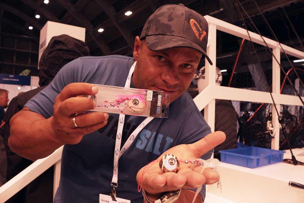 Marcos Vidalis ist der neue Entwickler der Savage Gear Saltwater Lures. Hier zeigt er den Cuttle Eyes.