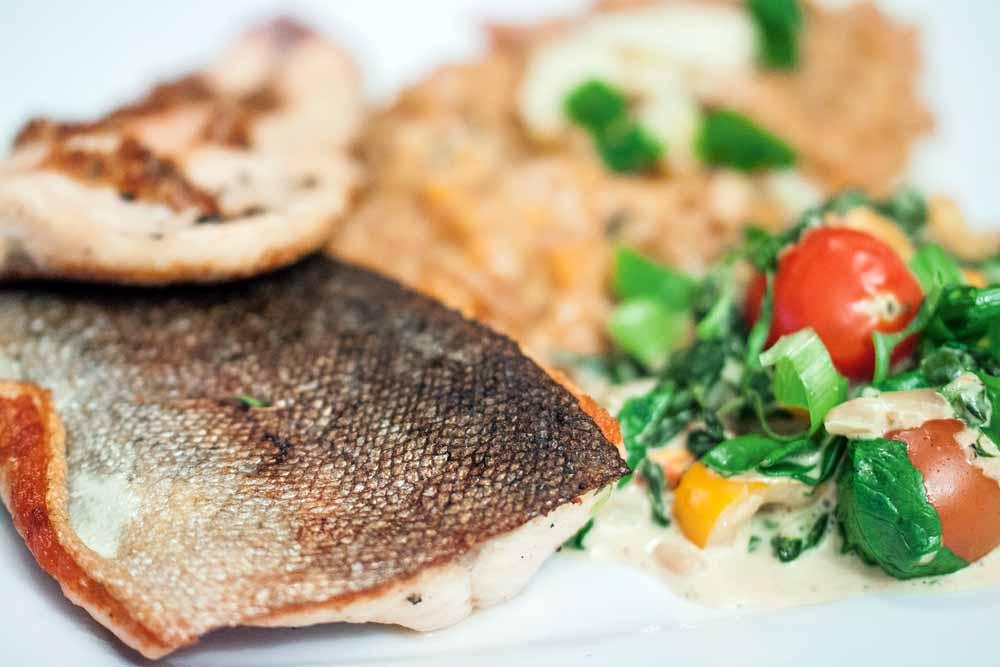 Das fertige Gericht kann sich sehen lassen! Garniert mit frischem Parmesan. Den Fisch mit Röstzwiebeln und Butter bestreichen, um ein deftiges Aroma zu erreichen.