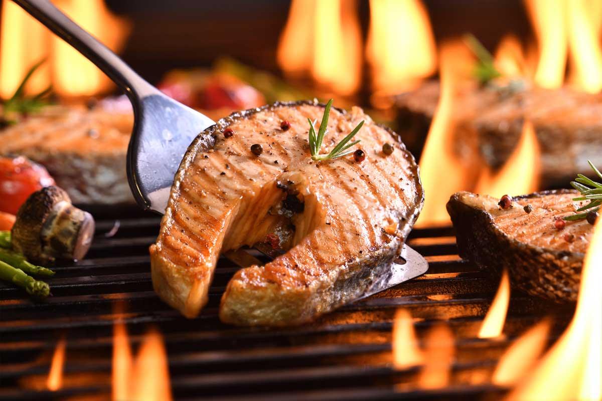 Grillabend: Heute bleiben Wurst und Fleisch auf der Reservebank, Lachs ist der Star auf dem Rost. Mit unseren feinen Rezept zum Lachssteaks grillen wird jeder Grillabend zum Spaß.