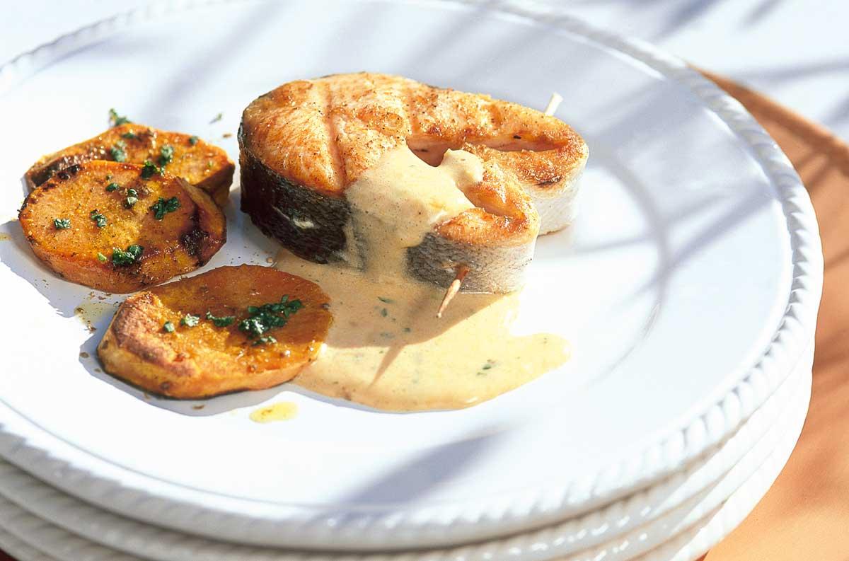 Gegrillte Lachssteak mit Süßkartoffeln.