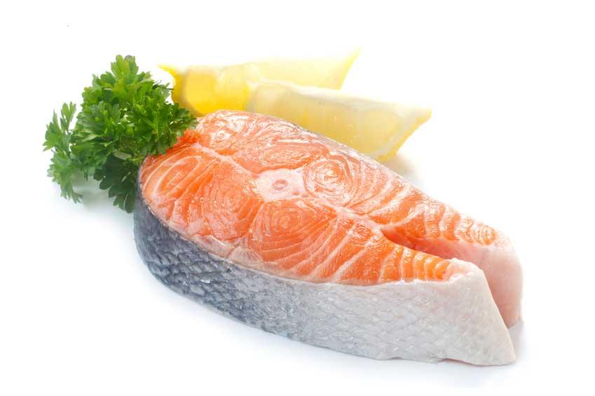 Ob frisch gefangen oder gekauft: Lachssteaks sind durch ihren Fettgehalt wahre Geschmacksträger.