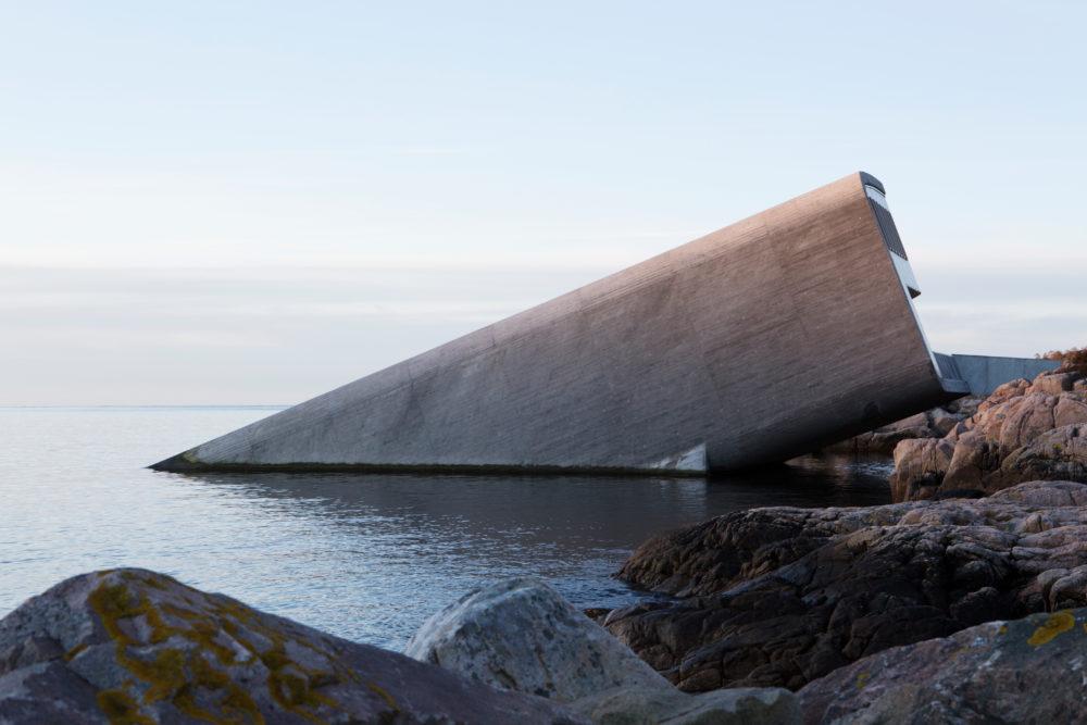 Auf drei Ebenen geht es hinab in die Unterwasserwelt Norwegens. Das Restaurant erinnert stark an ein gesunkenes Schiff.