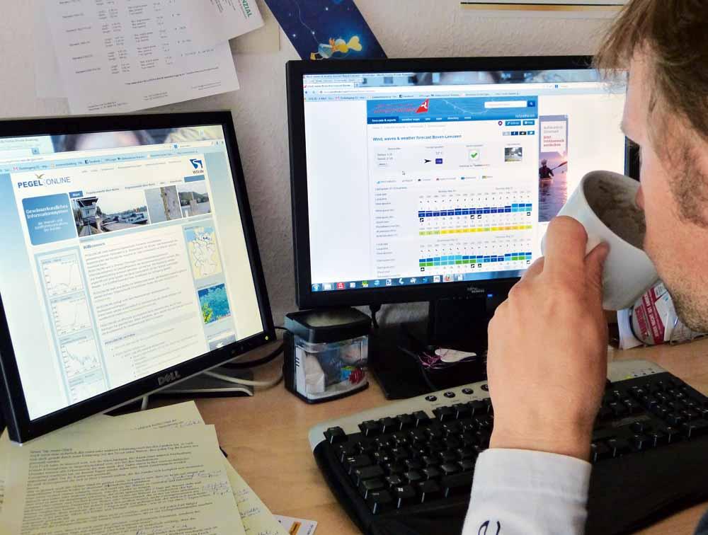 Stephan Gockel bereitet sich am Computer auf den nächsten Angeltrip vor.
