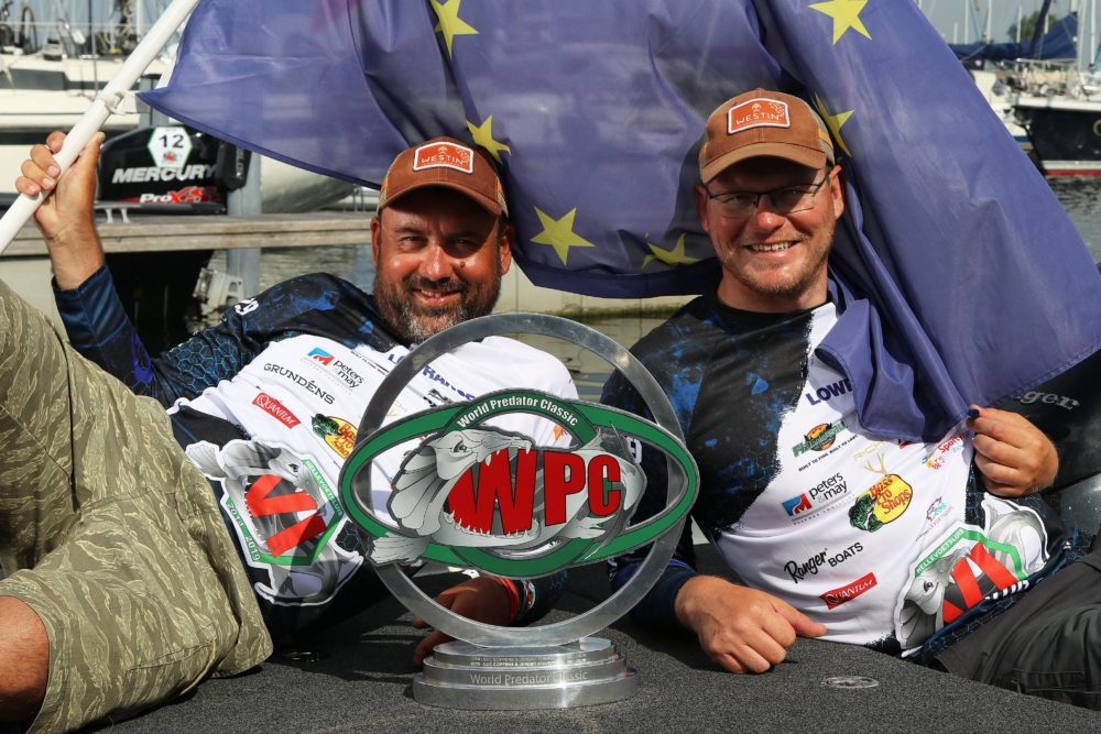 Martin Stepka und Radek Filip freuen sich über den WPC-Pokal.