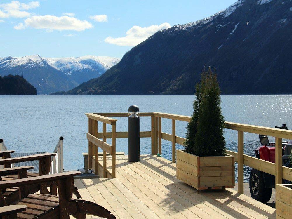 Von der Terrasse aus, hat man einen wunderbaren Blick auf den Fjord und die traumhafte Kulisse.