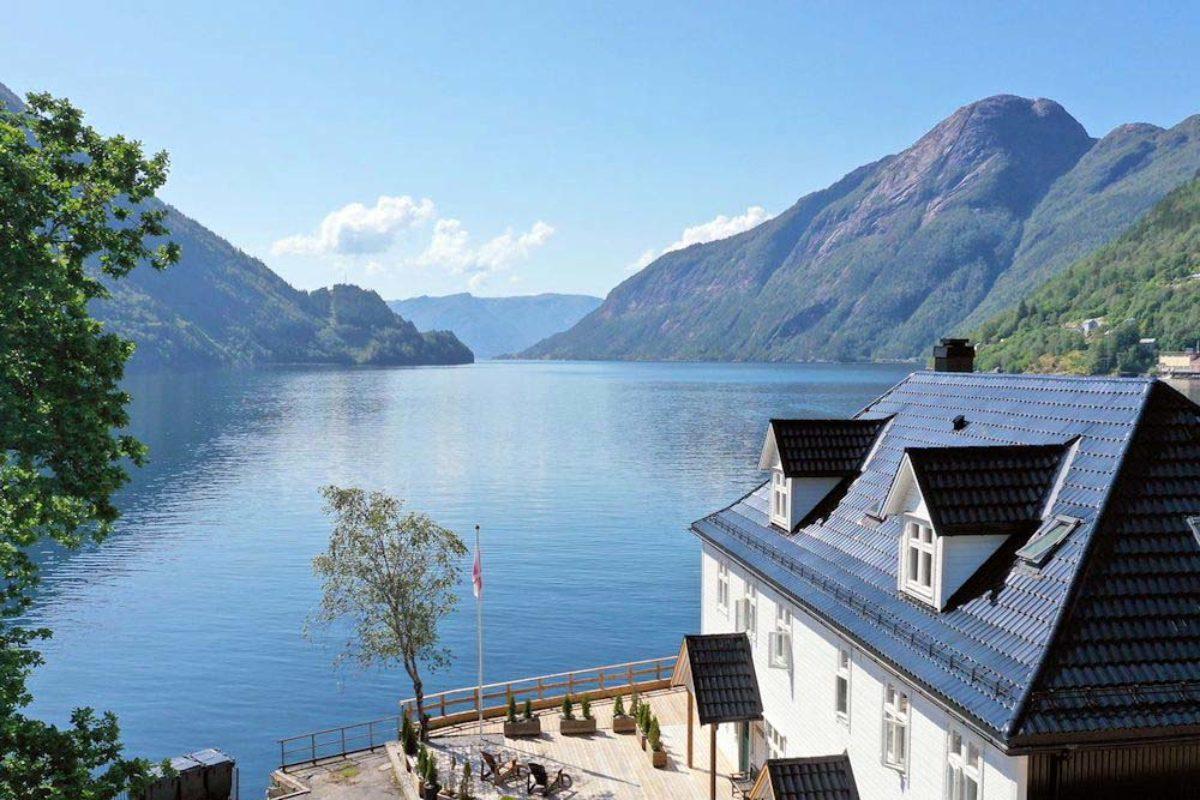 Top Aussichten beim Angelurlaub am Vadheimsfjord: Dieser exklusive Urlaubsplatz mit traumhaftem Panoramablick über den malerischen Fjord liegt direkt am fischreichen Vadheimsfjord, einem Seitenarm vom Sognefjord, nur ca. 2 Autostunden von der Fjordhauptstadt Bergen entfernt.