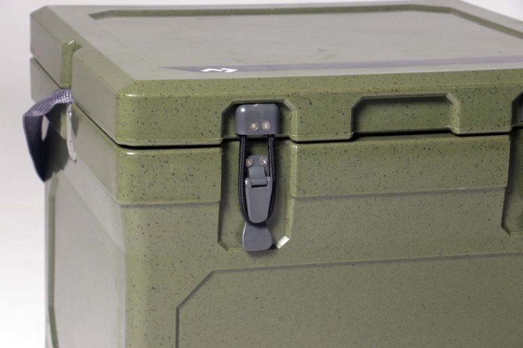 Die starken starken Nylonverschlüsse sind mit Edelstahlschrauben an der Kühlbox befestigt.