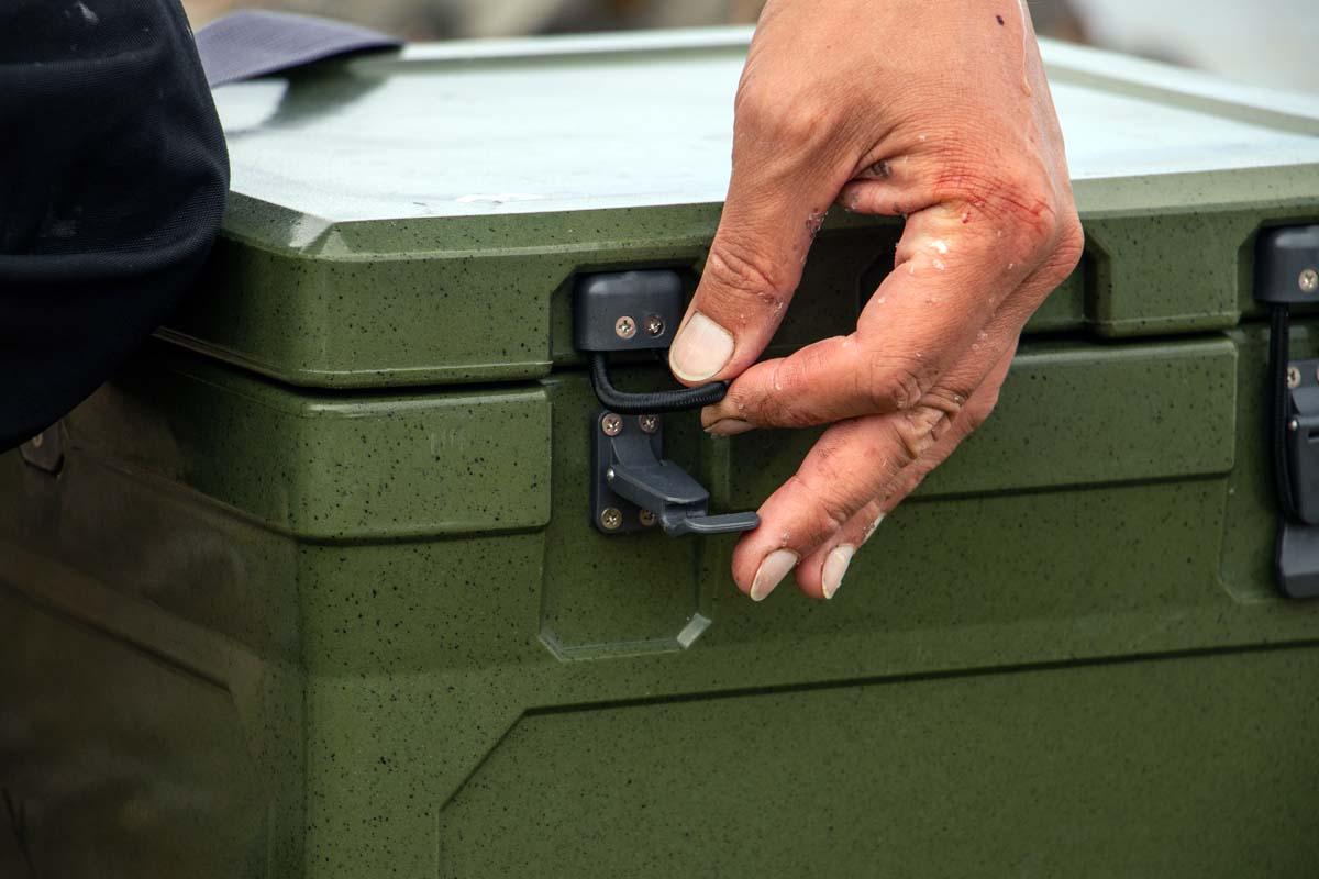 Mit den elastischen Schnellverschlüssen lässt sich die Box auch mit kalten Händen einfach verschließen.