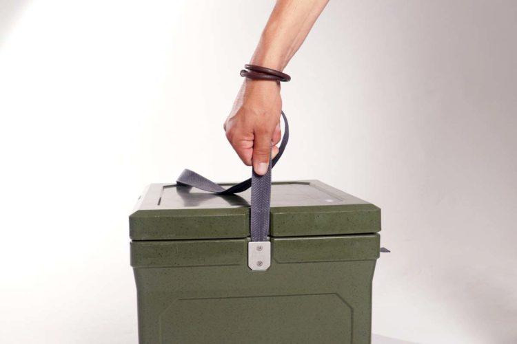 Der Tragegurt ist reißfest und mit einer stabilen Verschraubung an der Box befestigt.