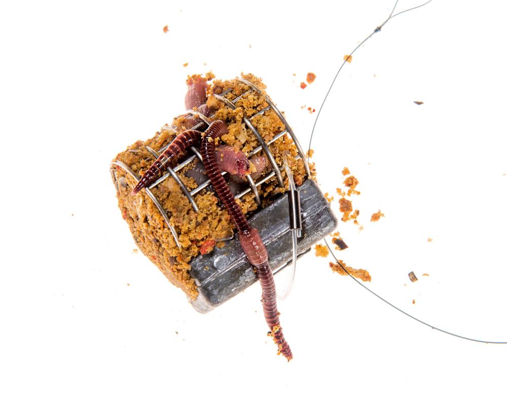 """So entsteht das """"Futtersandwich"""": Futterpropfen in den Korb geben, mit Würmern auffüllen und mit zweitem Propfen von oben sichern."""