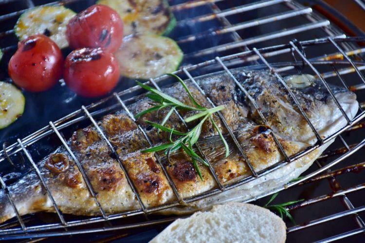 Bei der richtigen Verwendung der passenden Hilfsmittel ist Fisch grillen auch für Laien ein ganz einfache und vor allem leckere Angelegenheit.