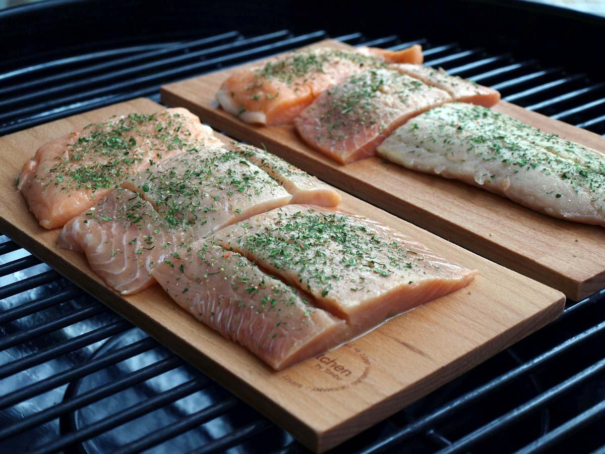 Die angefeuchteten Holzplanken verleihen den Filets aus dem Smoker-Grill eine ganz besondere Geschmacksnote.