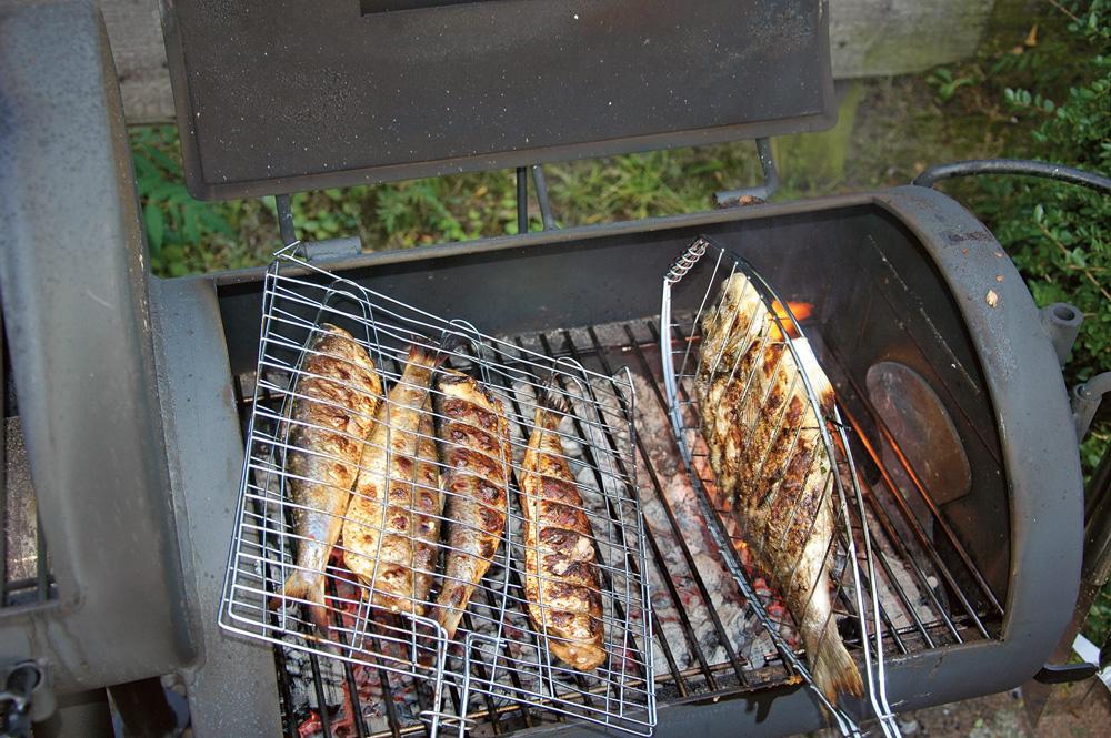 Für ganze Fische gibt es zudem spezielle Fischkörbe und -zangen zum Einspannen, damit sie beim Wenden nicht zerfallen.