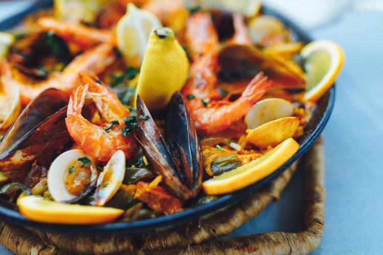 Muy bien! Die Fisch-Paella sieht doch einfach zum Reinbeißen aus, oder?