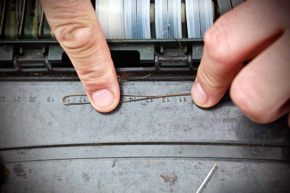 Im ersten Schritt wird ein 30 Zentimeter langes Stück Camo-Tex abgetrennt. Das Schnurende wird doppelt gelegt, sodass man eine etwa 5 Zentimeter große Schlaufe binden kann. Eine Schlaufe in dieser Größe ist notwendig, damit das Rig auch wirklich funktioniert.