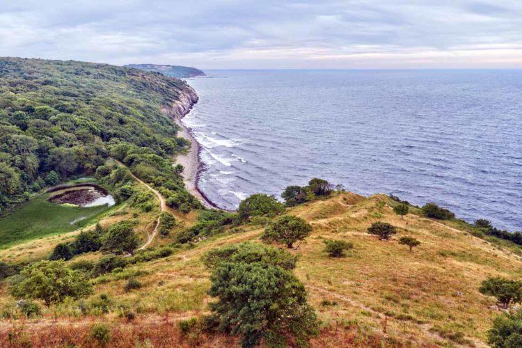 Die felsige Ostküste gibt Meerforellen einen idealen Lebensraum und somit optimale Bedingungen zum Angeln auf Bornholm.