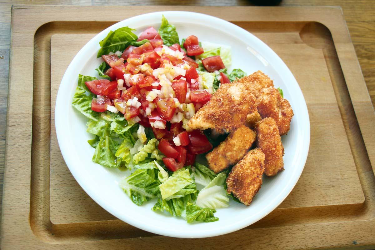 Nach einigen Minuten backen sind die Fischnuggets goldgelb. Die Fischstücke dann mit der Siebkelle herausheben und auf Küchenkrepp abtropfen lassen. Am besten lauwarm servieren.Diese Zubereitungsmethode eignet sich für nahezu jede Fischart. Dazu passen klassisch Kartoffelsalat oder Pommes Frites. Wer es ein wenig leichter mag, der kann einen einfachen Salat dazu reichen.