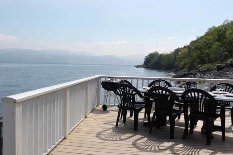 Die große Terrasse bietet genügend Platz, um gemeinsam den Tag aus- oder einklingen zu lassen.