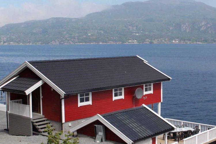 Direkte Wasserlage und traumhafte Aussichten. Das bietet der Angelurlaub auf Ombo in Norwegen. Das Ferienhaus bietet Platz für bis zu 8 Personen.