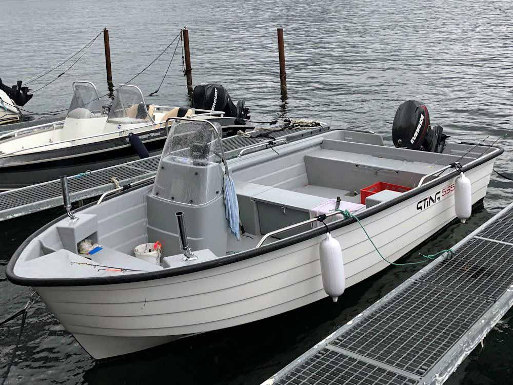 Das Boot ist mit Lenkradsteuerung und Echolot ausgestattet und bringt euch zu den verheißungsvollen Spots.