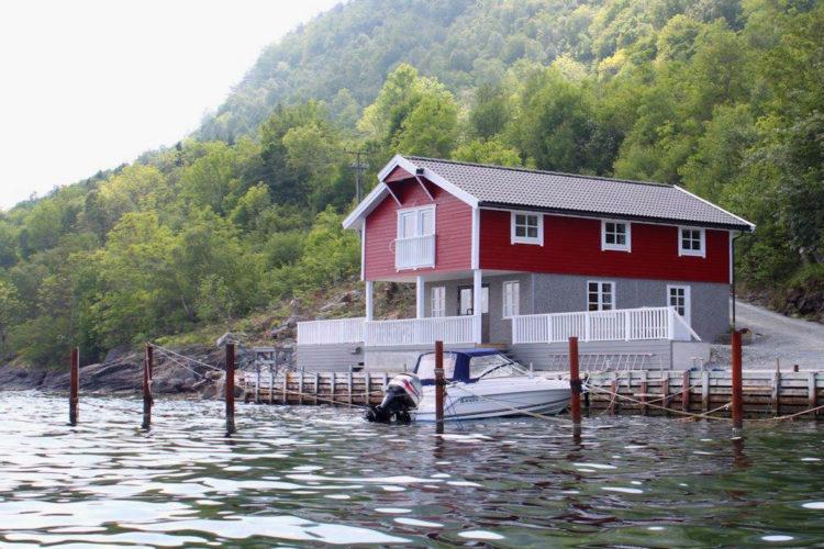 Bei eurem Angelurlaub auf Ombo wartet ein gemütliches Ferienhaus mit Boot auf euch.