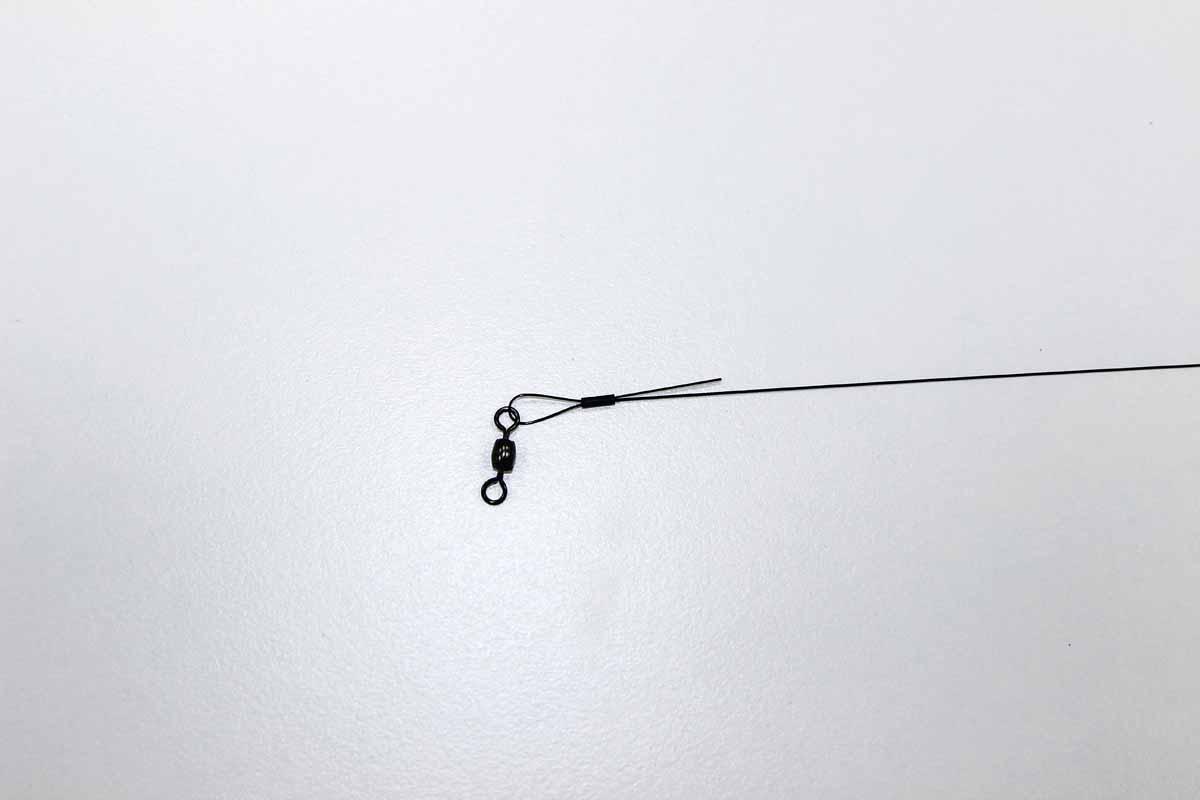 Um Drop-Shot für Hecht zu binden, zunächst den Wirbel mit einer Klemmhülse auf dem Stahlvorfach fixieren. Foto: Blinker/Peer Kustermann