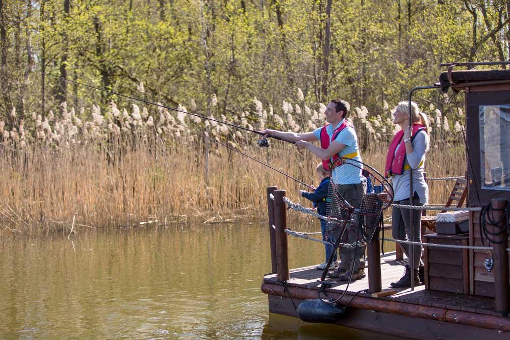 Die Mecklenburgischen Kleinseenplatte kann man wunderbar mit den Tante Polly Flößen erkunden und natürlich auch davon angeln.