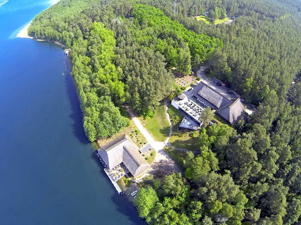 Das Valk Naturresort Drewitz liegt direkt am Wasser und ist sehr modern ausgestattet.