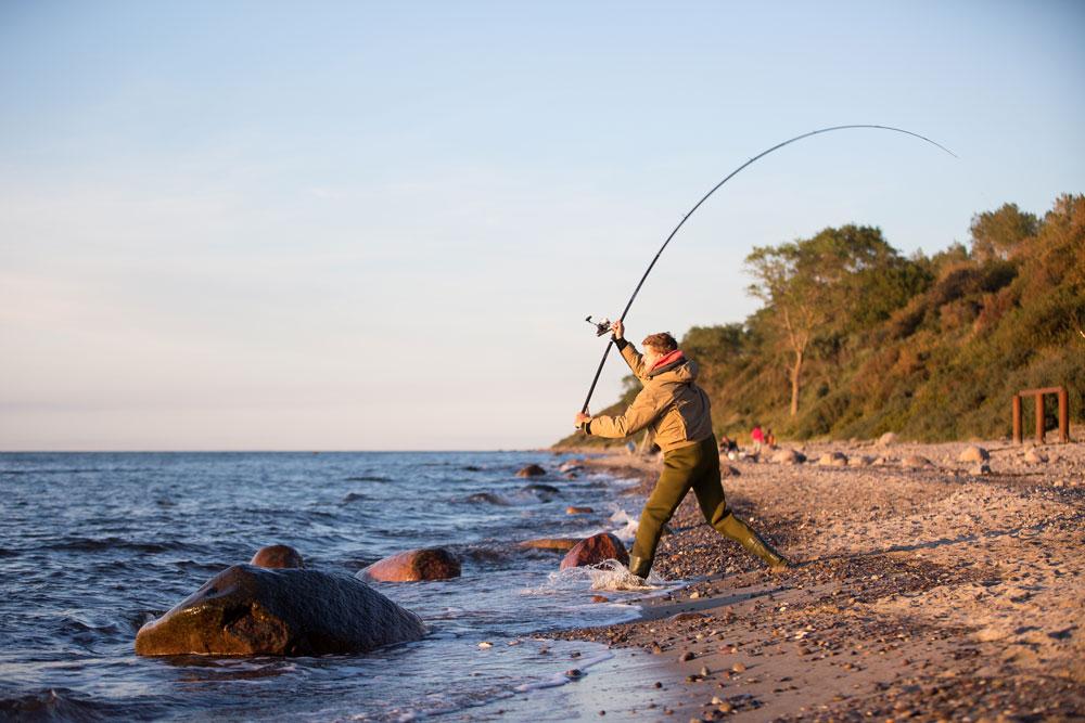 Vor allem auflandiger Wind schafft ideale Bedingungen, um Dorsch, Meerforelle und Co. vom Ufer aus nachzustellen.