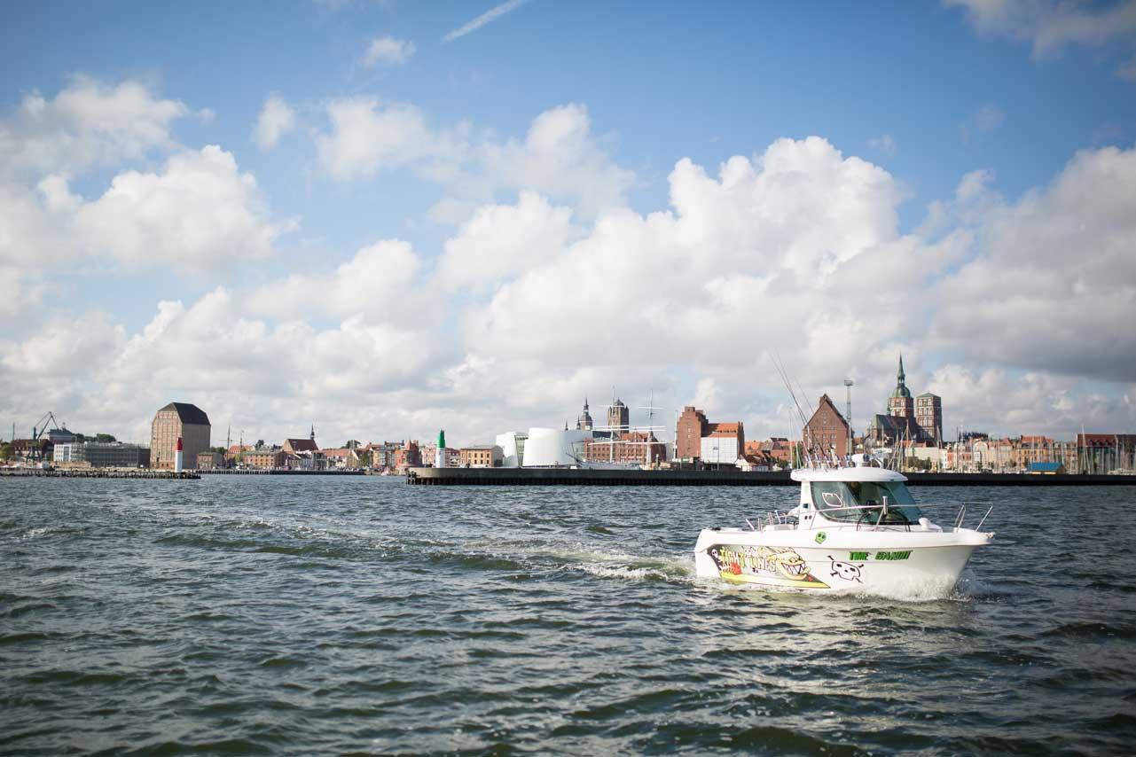 Wenn man kein eigenes Boot hat, findet man in Stralsund Anbieter, bei denen man sich eins ausleihen kann.