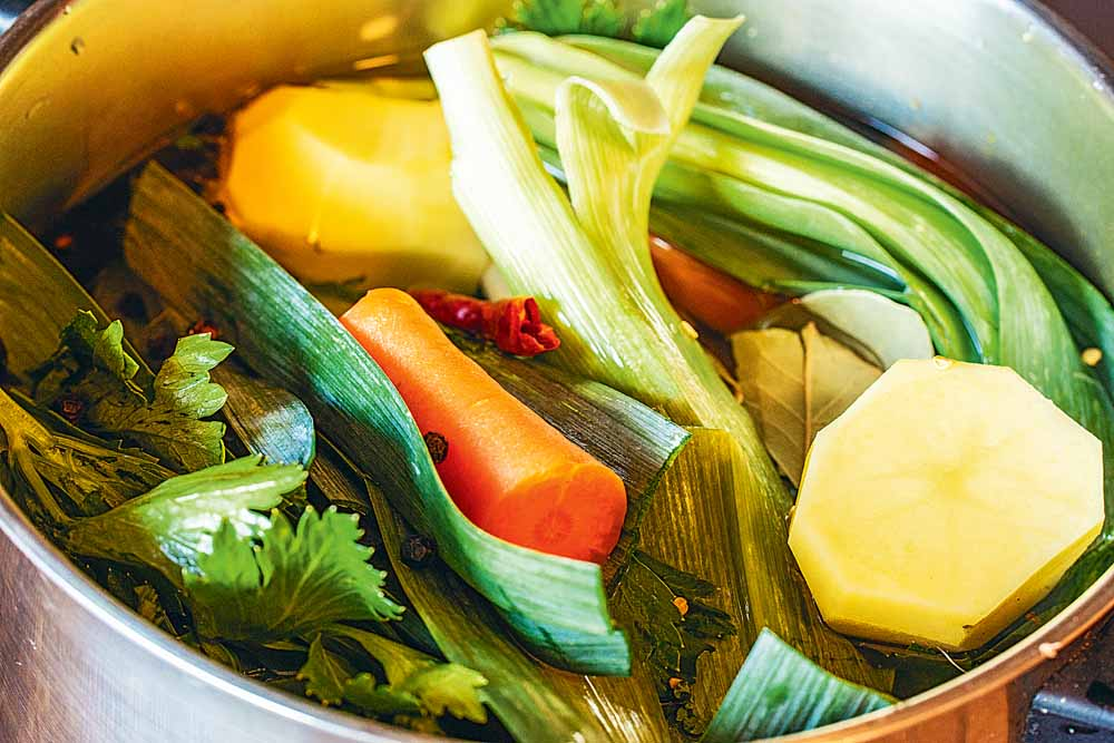 Das Suppengrün gut abwaschen und mit der Kartoffel, den Lorbeerblättern, einer Chili-Schote und einigen Pfefferkörnern in Salzwasser zu einer Brühe kochen.