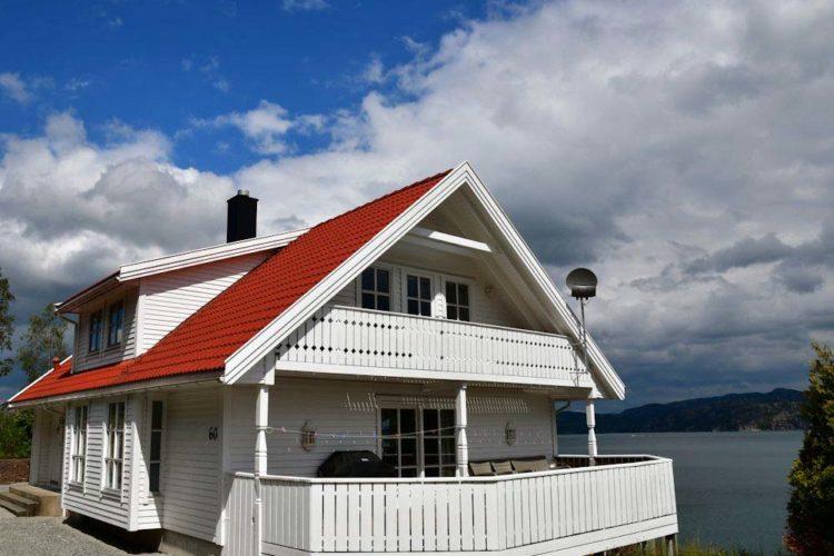 In traumhafter Lage mit Panoramaaussicht auf den Høgsfjord und seine Inseln liegt dieses gepflegte Ferienhaus für acht Personen.