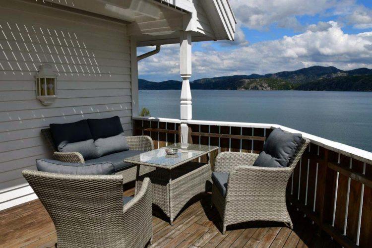 Die Aussicht über den Fjord ist einzigartig. Dieser Urlaubsplatz bietet sowohl für Angler als auch für Wanderer hervorragende Voraussetzungen.