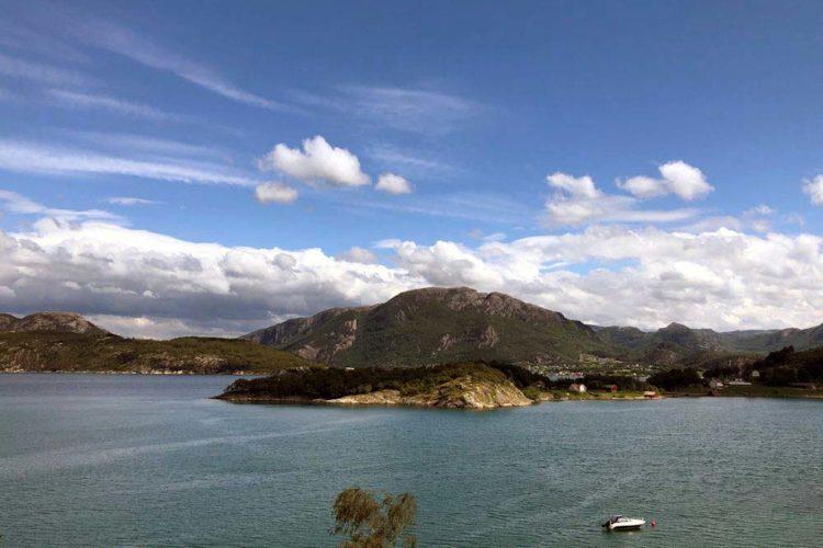 Durch die beeindruckenden Felsformationen rund um den Høgsfjord ist das Angeln auch bei windigen Wetter möglich.