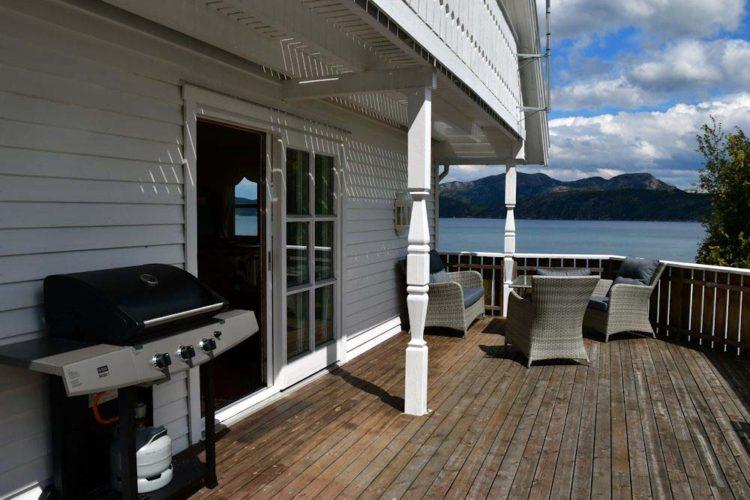 Von der gemütlichen Terrasse aus könnt Ihr den fantastischen Ausblick auf den Høgsfjord genießen. Auf dem Grill könnt Ihr Euch dazu den frisch gefangen Fisch zubereiten und schmecken lassen.