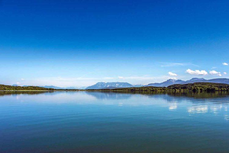 Das Angeln im Waginger See, der übrigens eine Tiefe von bis zu 27 Meter hat, verspricht beste Aussichten auf Hecht und auf die einzigartigen Berglandschaft.