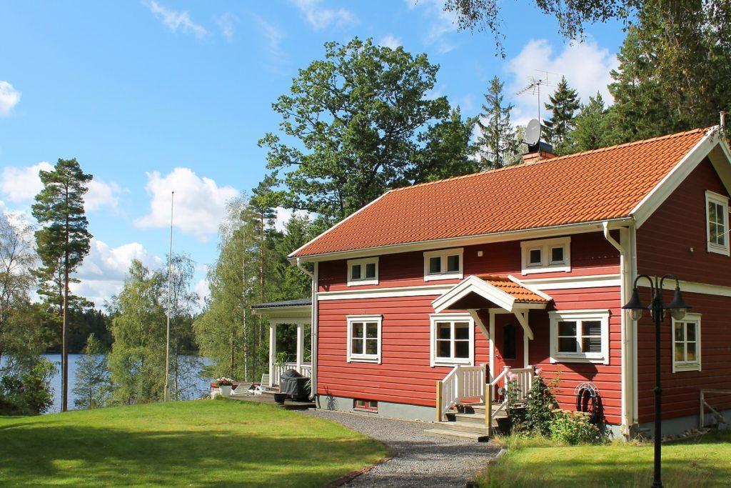 Im typischen skandinavischen Stil steht dieses Ferienhaus von DanCenter in direkter Wasserlage in Schweden.