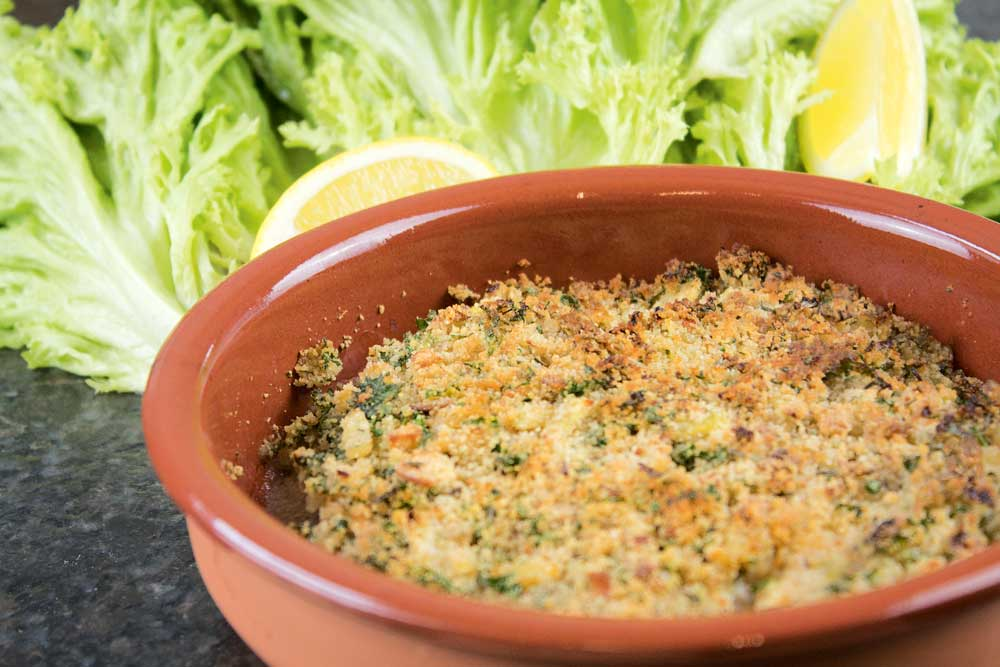 Mit einer Scheibe Zitrone servieren. Zum Schlemmerfilet passt zum Beispiel grüner Salat und ein Butterbaguette mit Meersalz.