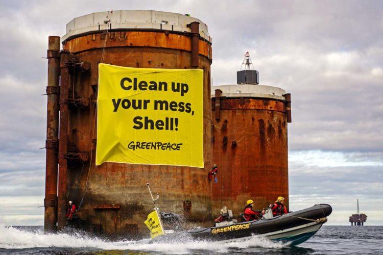Greenpeace-Aktivisten aus den Niederlanden, Deutschland und Dänemark bestiegen zwei Ölplattformen im Shell-Feld Brent, um friedlich gegen die Pläne des Unternehmens zu protestieren, Teile alter Ölstrukturen mit 11.000 Tonnen Öl in der Nordsee zu belassen.
