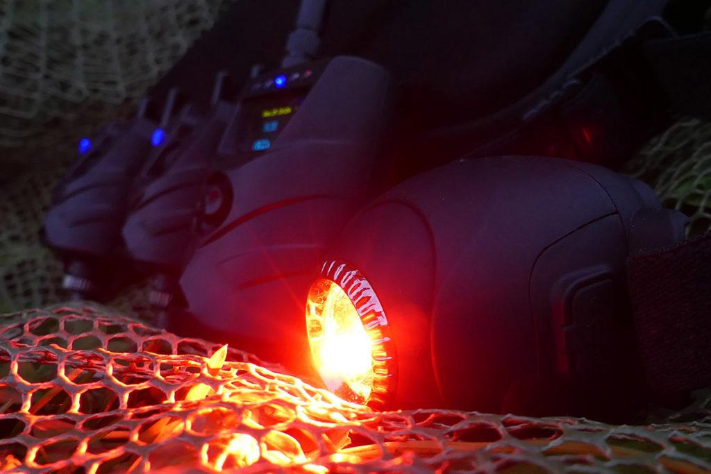 Licht an! Die Kopflampe schaltet sich automatisch ein, wenn der Bissanzeiger oder die Alarmanlage ausgelöst wird.