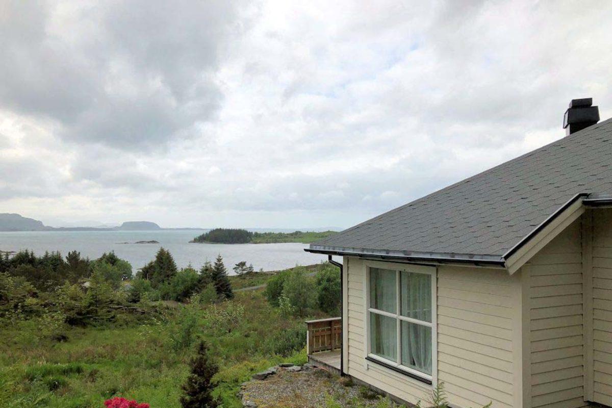 In sehr ruhiger und sonniger Lage könnt Ihr Euren nächsten Angelurlaub in Atløy am Dalsfjord nahe dem offenen Meer und nur ca. 1 Autostunde westlich der Fjordstadt Førde genießen.