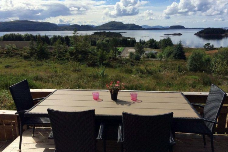 Umgeben von imposanten Felsfomationen und mit Blick auf das offene Wasser bietet das Ferienhaus einen traumhaften Blick auf die schöne Landschaft in Norwegen.