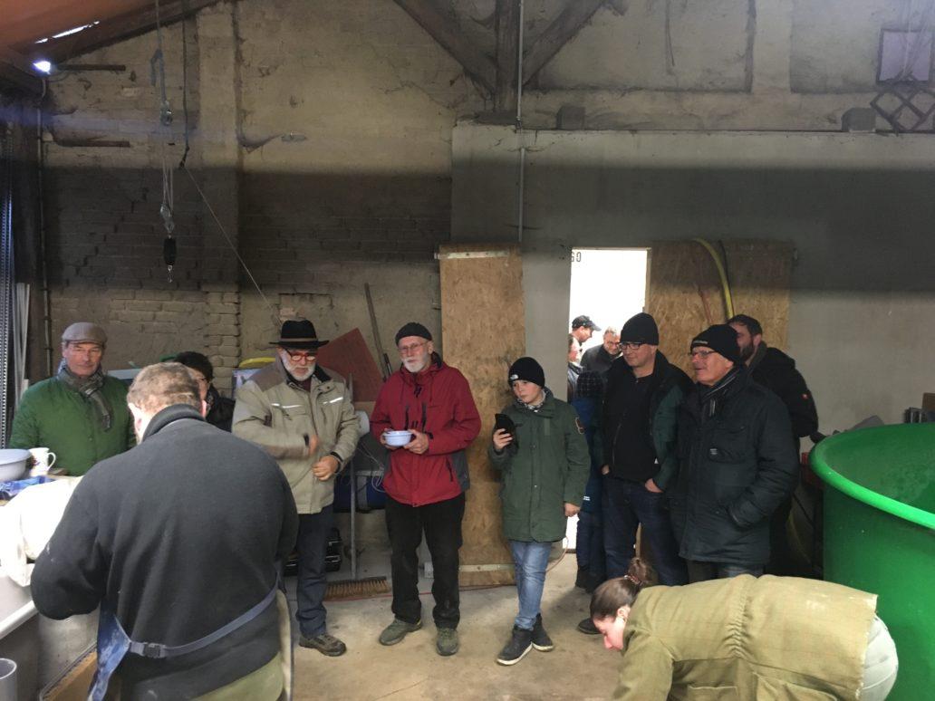 Zum Tag der offenen Tür im Bruthaus des Fario e.V. in Silmersdorf hatten interessierte Besucher die Möglichkeit, eine Führung durch die Anlage zu bekommen, Fragen zu stellen, zu fachsimpeln und die Zusammenhänge des Wiederansiedlungsprojektes für Wandersalmoniden besser zu verstehen.