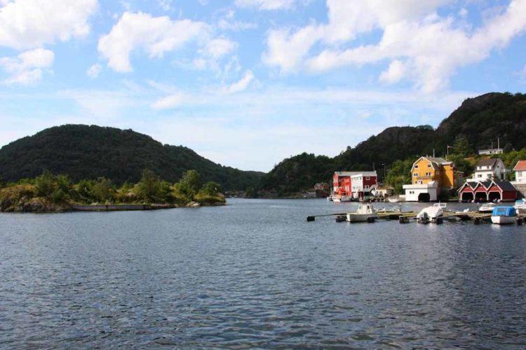 Das Ferienhaus liegt sehr idyllisch direkt am Wasser. Foto: Borks